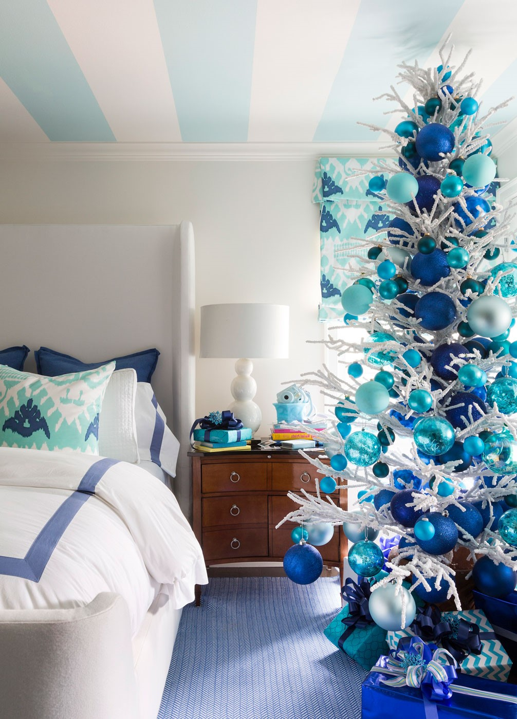 Donnez à votre chambre à coucher un look de fête en décorant votre sapin de Noël en blanc et bleu.