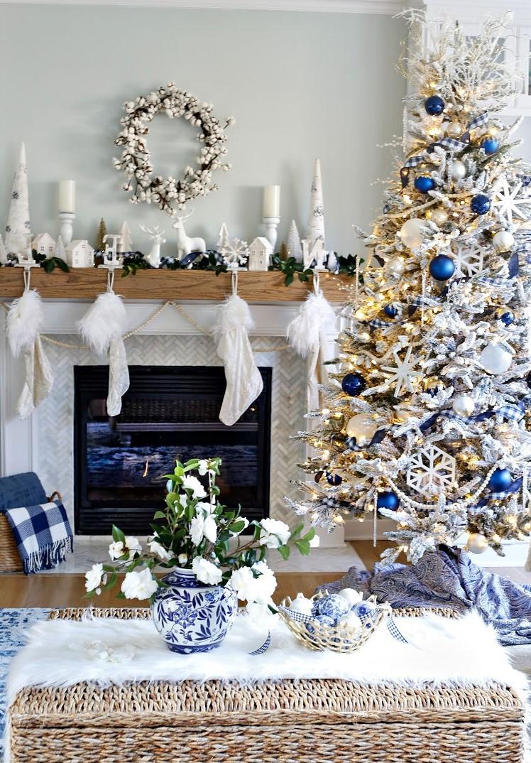 Choisissez parmi nos nombreuses idées pour la décoration de votre sapin de Noël en blanc et bleu.