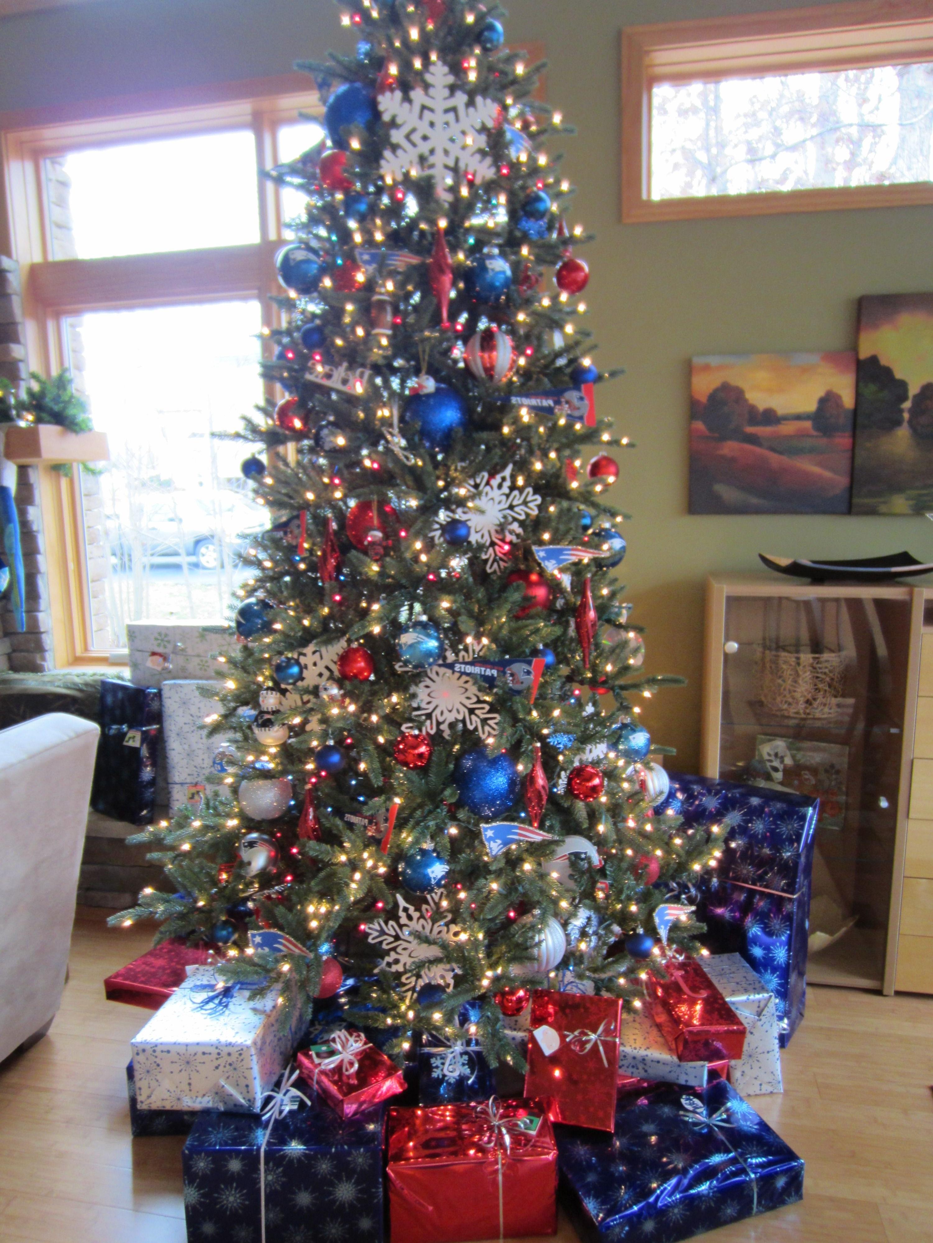 Vous pouvez également ajouter différentes couleurs à votre arbre de Noël en blanc et en bleu.