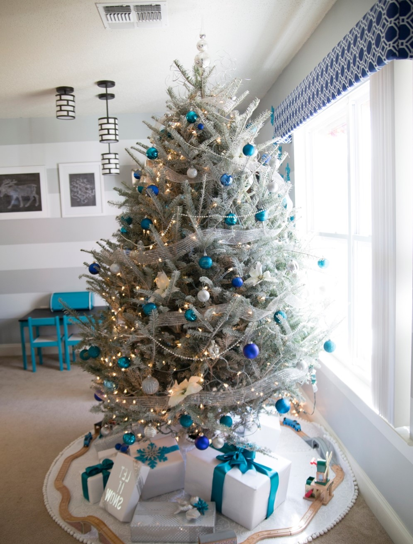 Décorez avec des cadeaux autour de votre arbre de Noël en blanc et bleu.