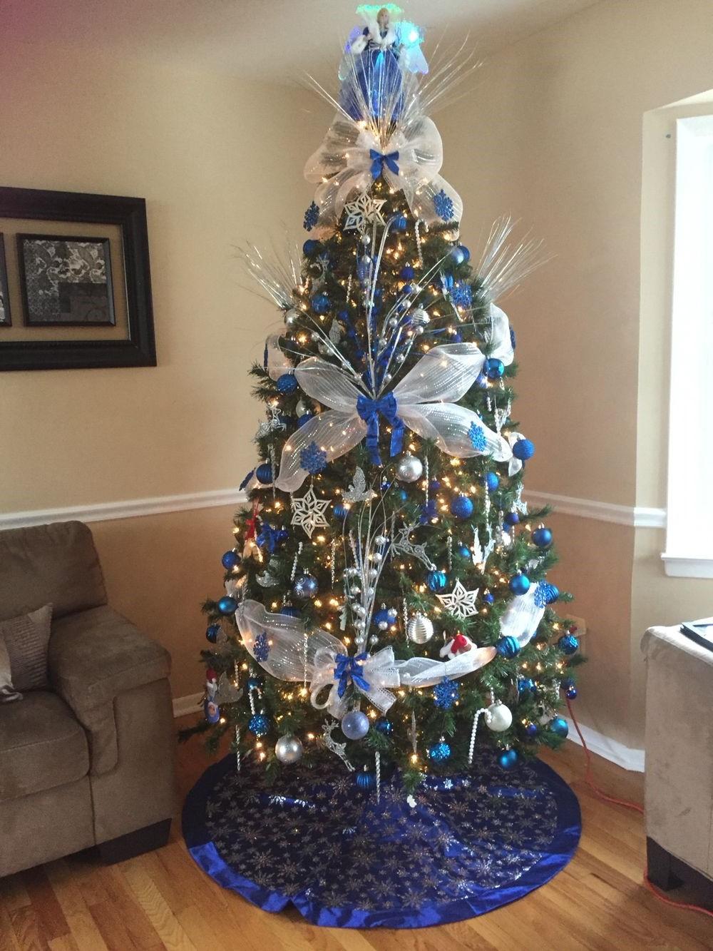 Sapin de Noël blanc et bleu: ajoutez du glamour en choisissant des éléments bleu foncé comme ces petits rubans.