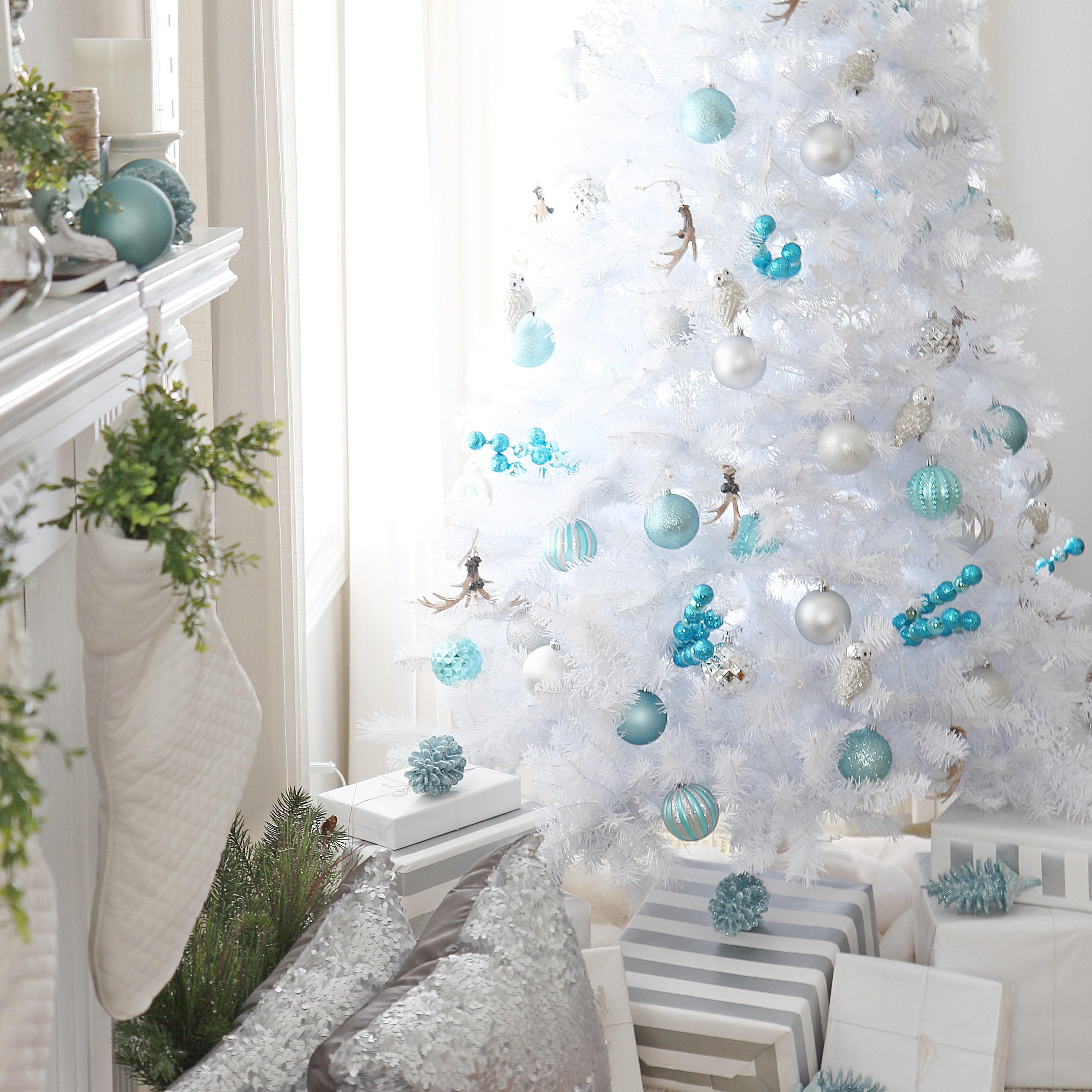 La meilleure chose à faire est d'acheter un sapin blanc artificiel et de le décorer avec des ornements bleus.