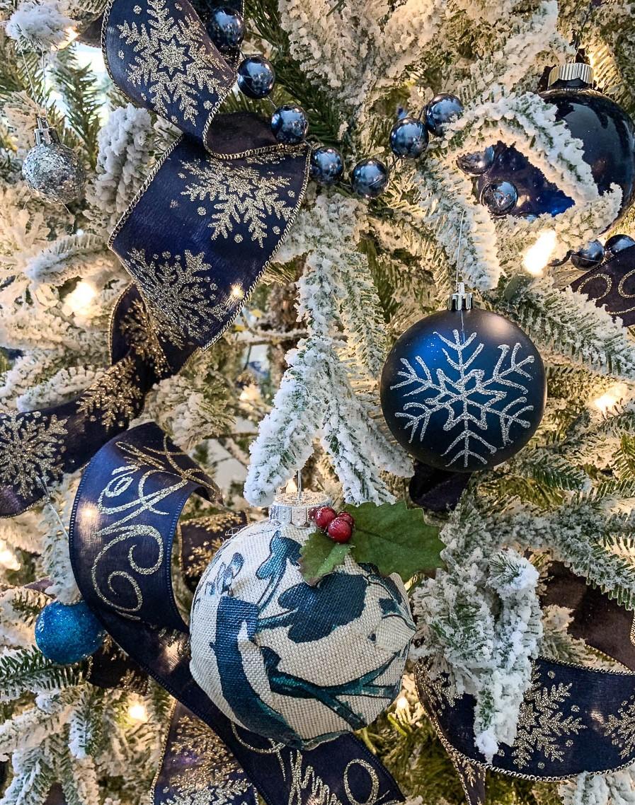 Soyez original et personnalisez les ornements de Noël avec de la peinture acrylique.