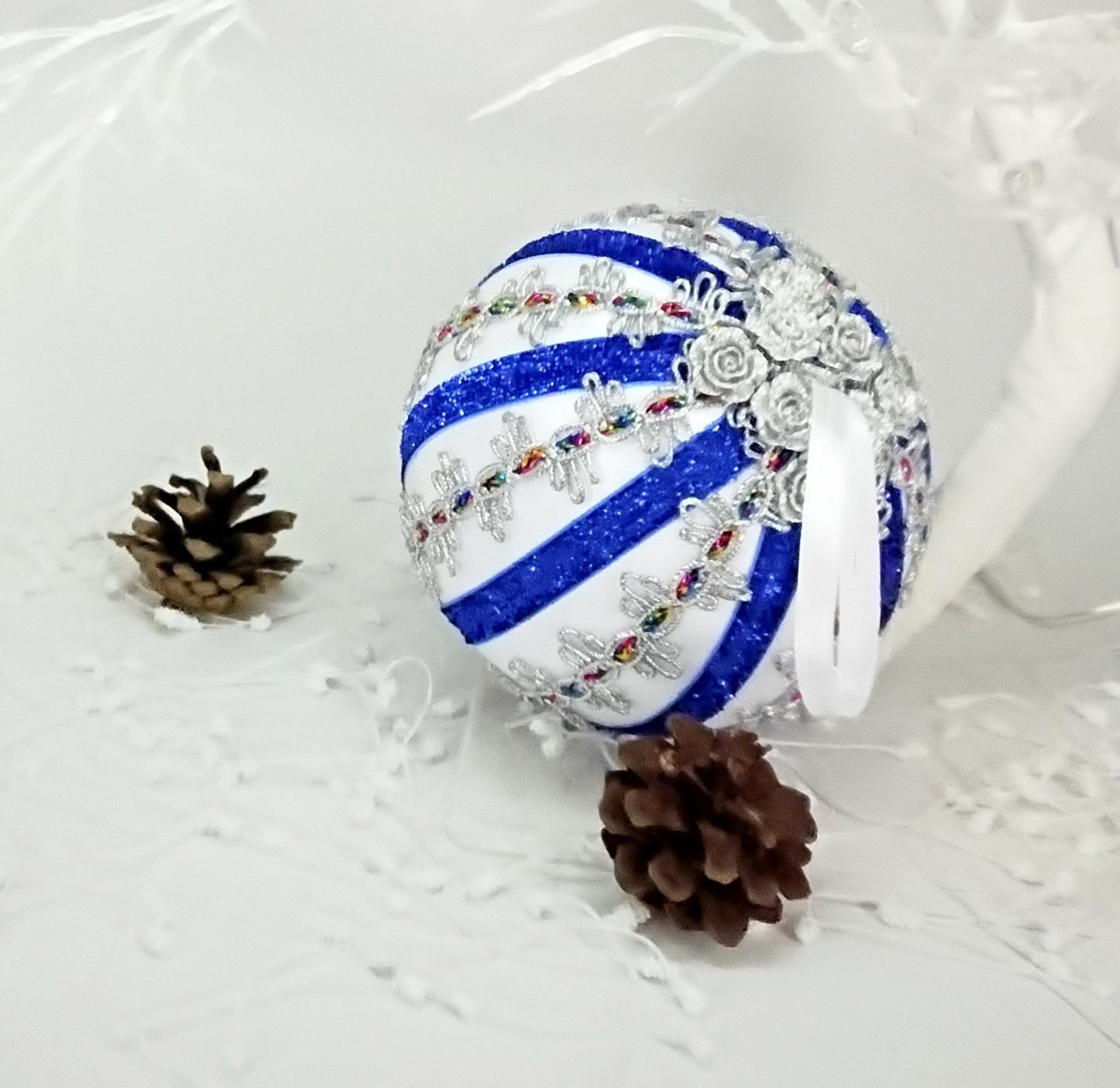 Les détails sont très importants pour créer une décoration d'arbre de Noël unique.