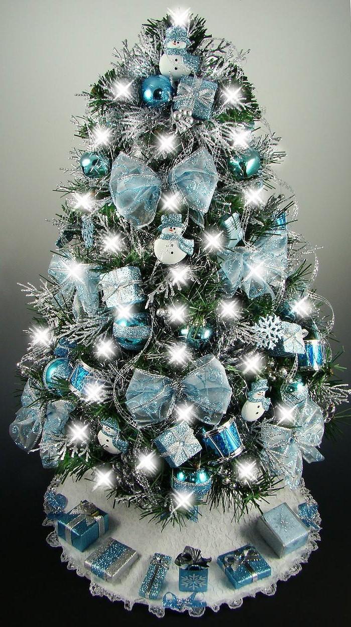 Ajoutez des petits rubans et des figurines de bonhommes de neige pour rendre l'arbre spécial comme celui-ci.