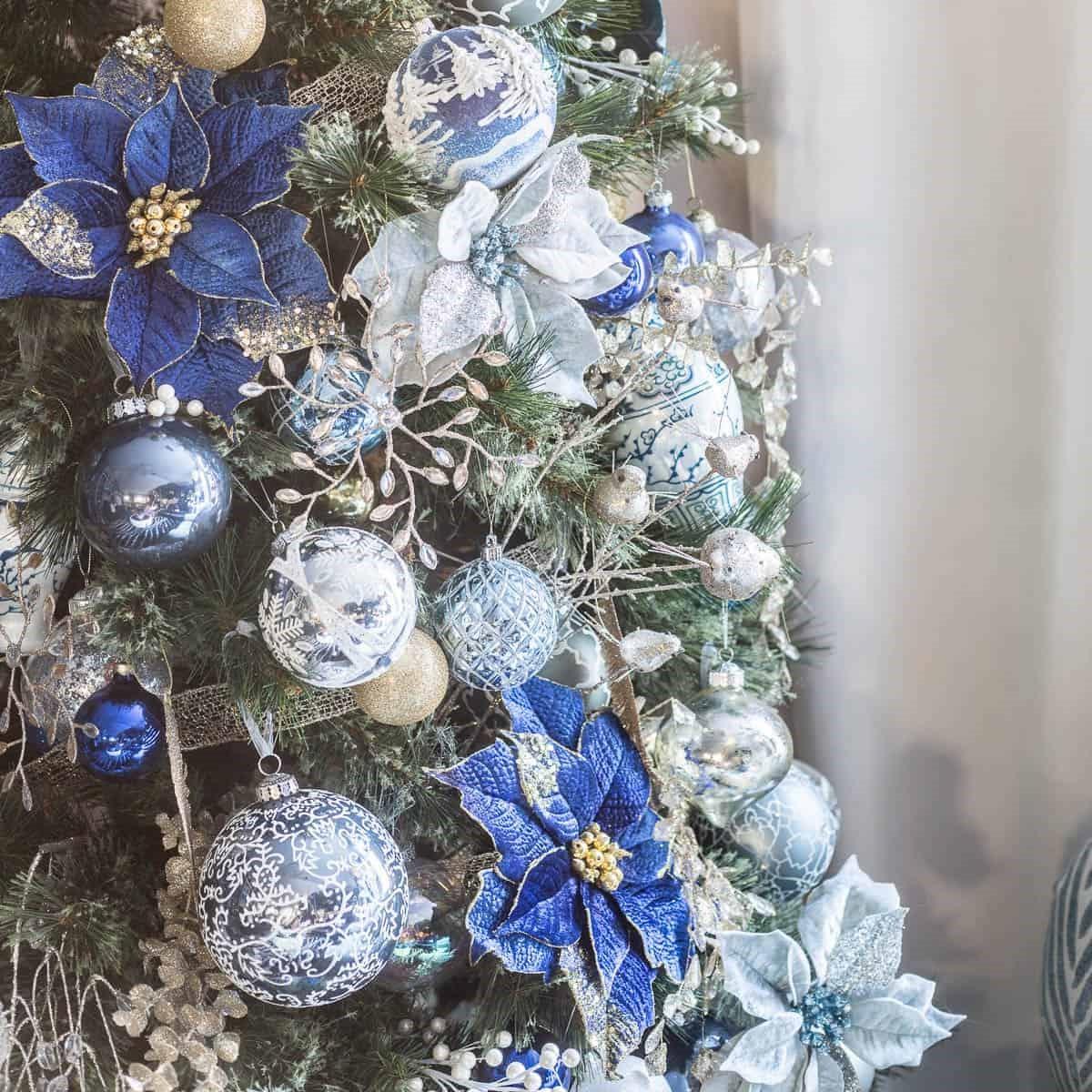 Élégance de Noël: poinsettias en bleu et argent.
