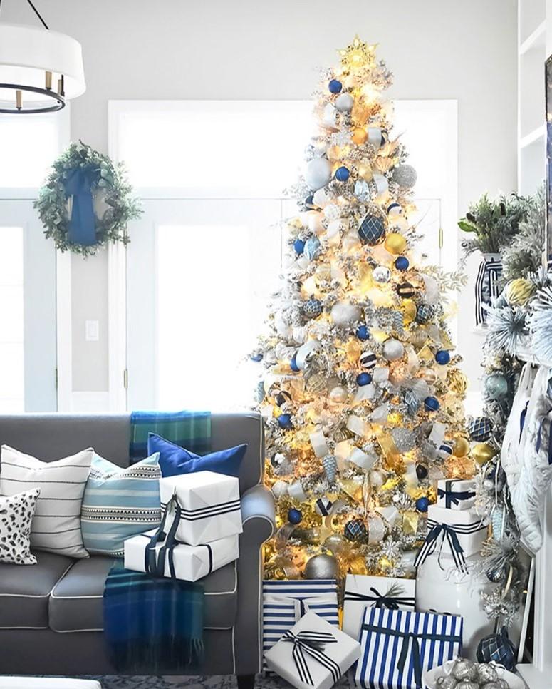 Faites en sorte que la pièce corresponde au sapin de Noël en blanc et en bleu.