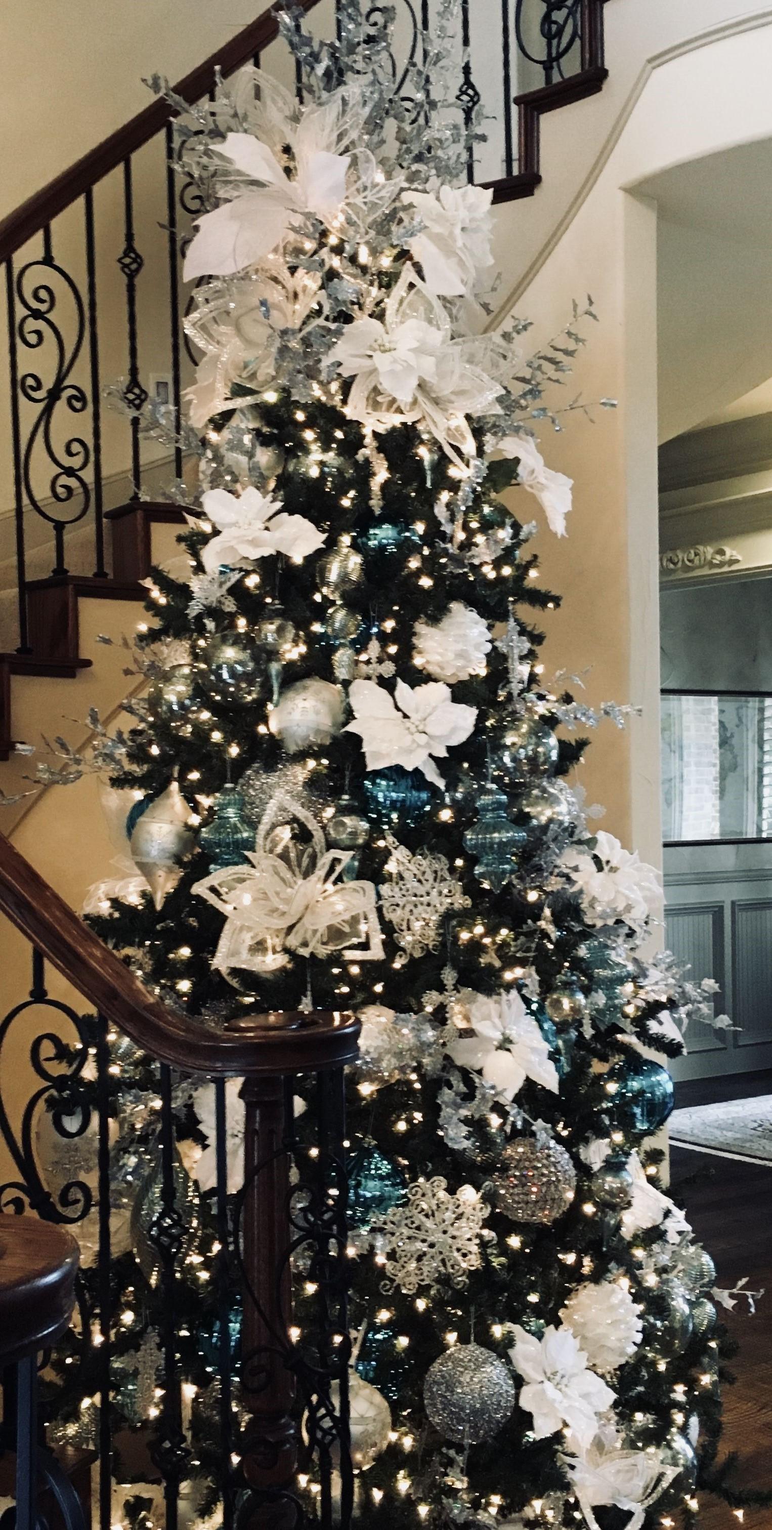 Les détails bleus peuvent être très délicats et simples, comme dans la décoration de cet arbre.