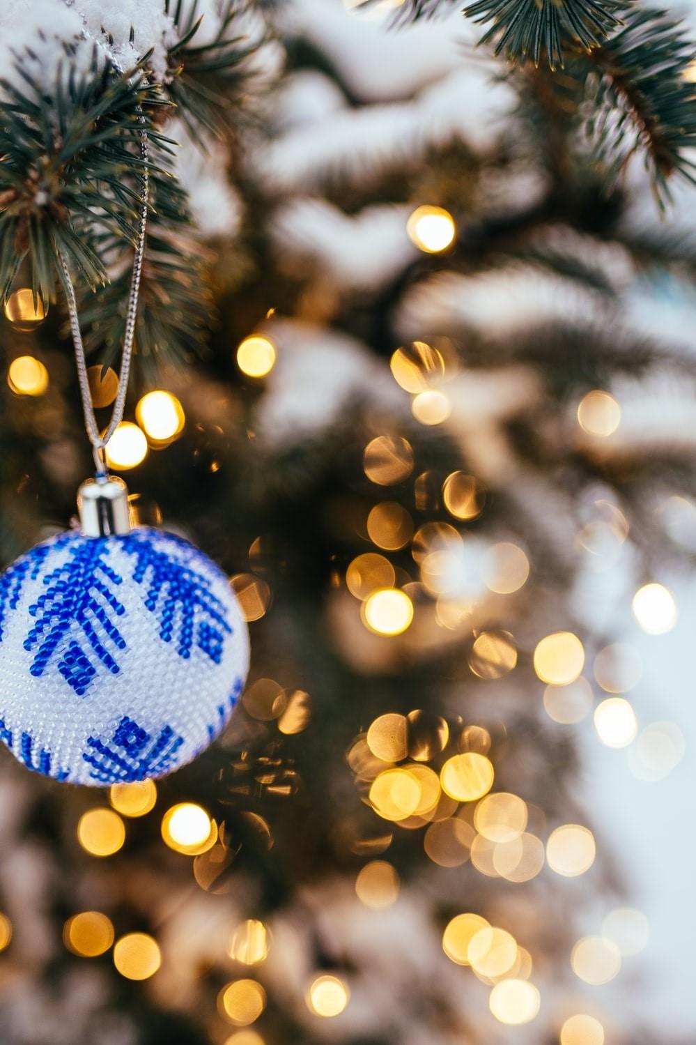 Ornement de Noël en blanc et bleu décoré comme un flocon de neige.
