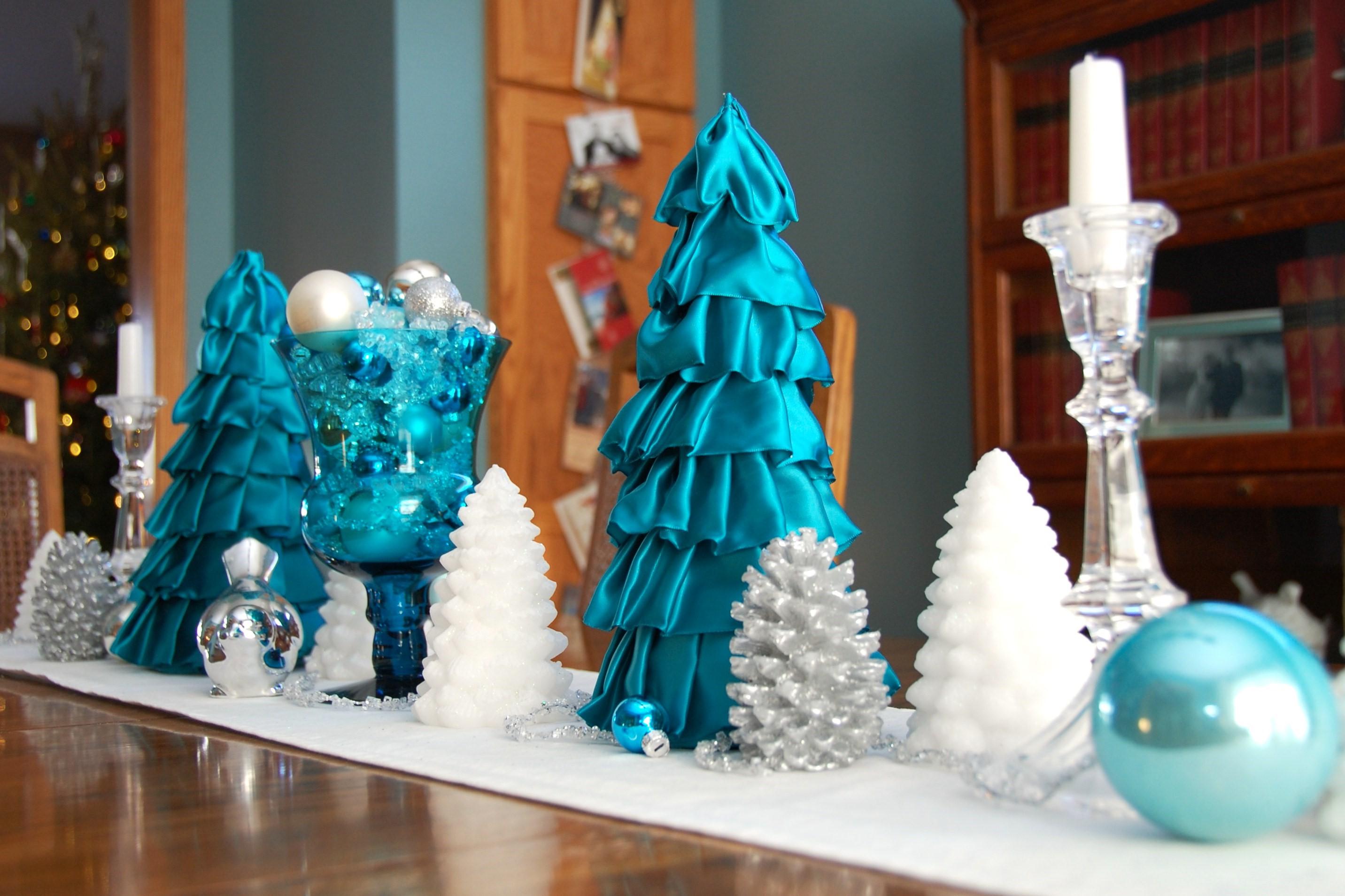 Assurez-vous que la décoration du sapin de Noël en blanc et bleu est en harmonie avec le reste de la pièce.