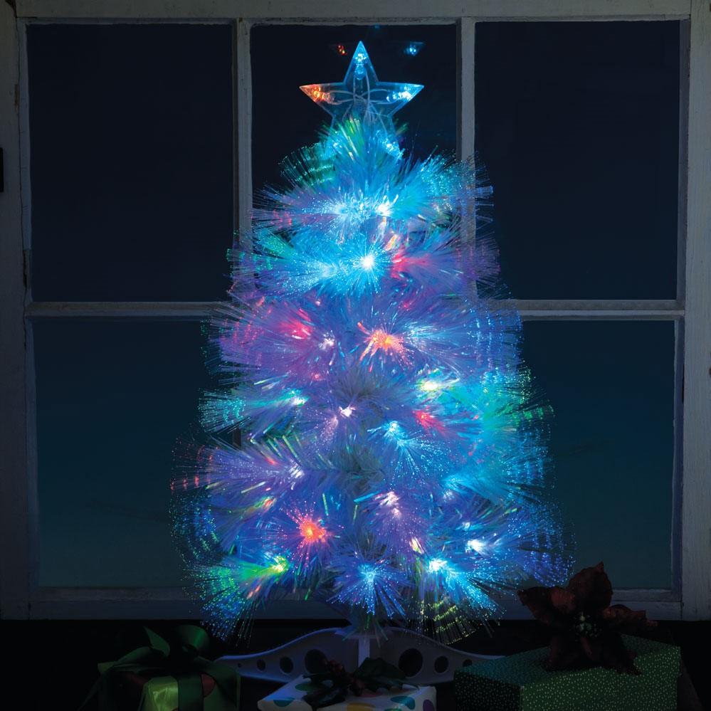 Cet arbre de Noël en blanc et bleu brille comme par magie dans le noir.