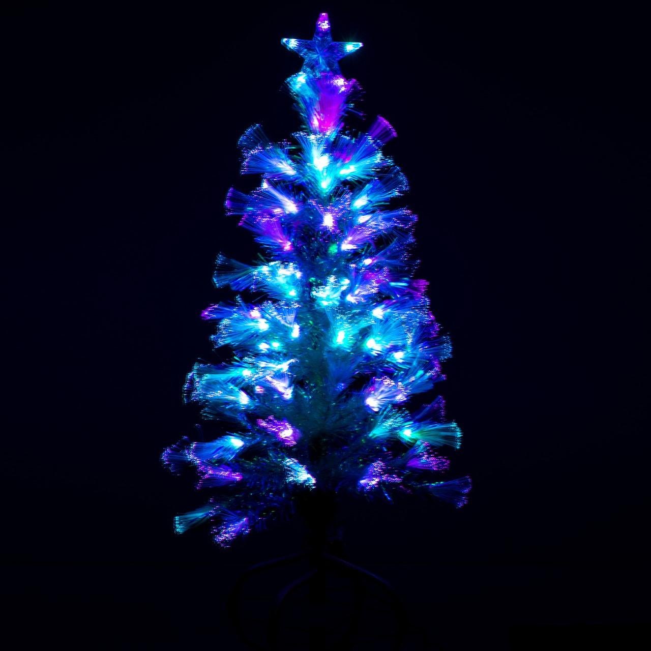 Arbre de Noël avec une décoration en blanc, bleu et violet.