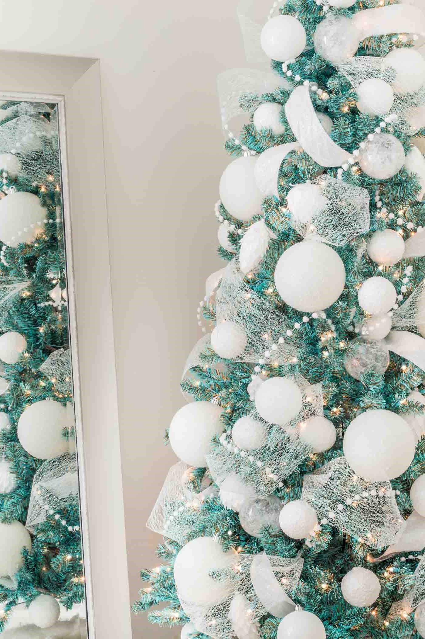 Rendez ce sapin encore plus sophistiqué en ajoutant des décorations bleues scintillantes.