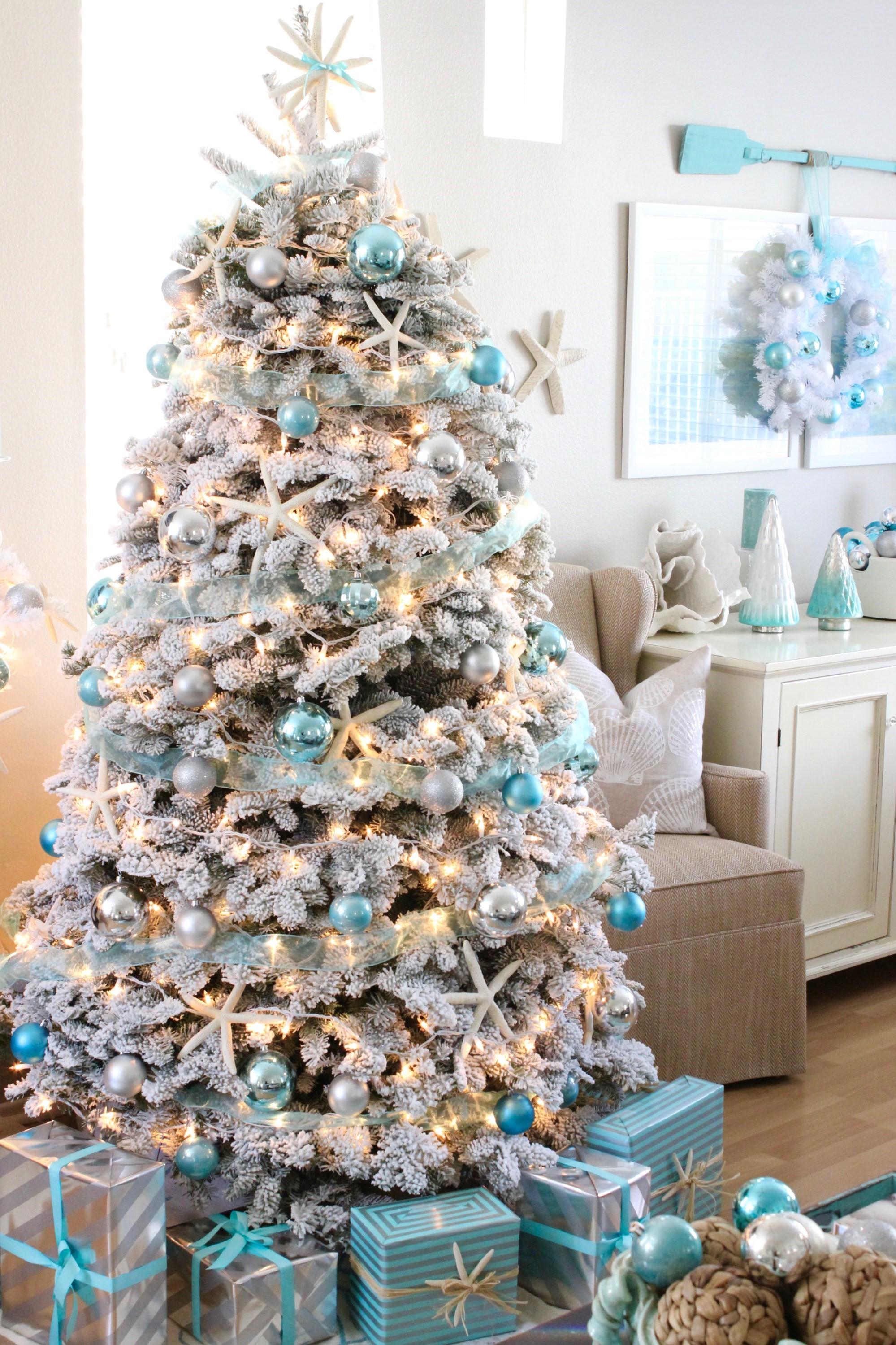Votre sapin de Noël en blanc et bleu vous rappellera les journées d'été insouciantes!