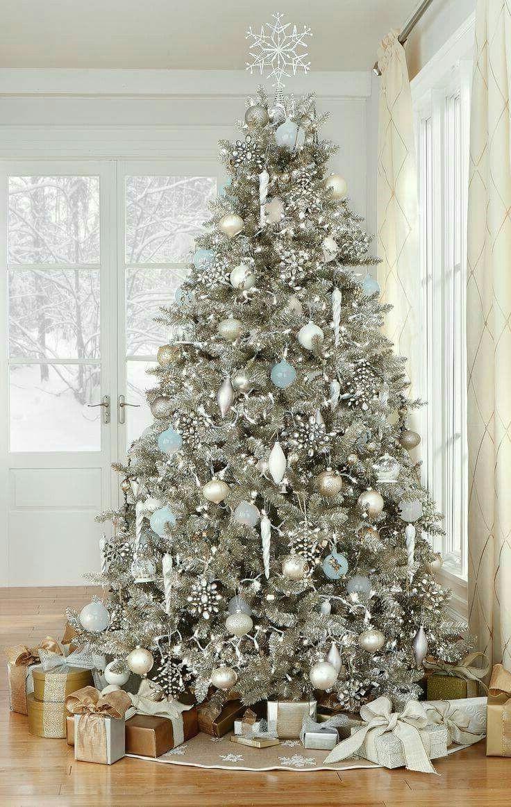 Sapin de Noël en blanc et argent.