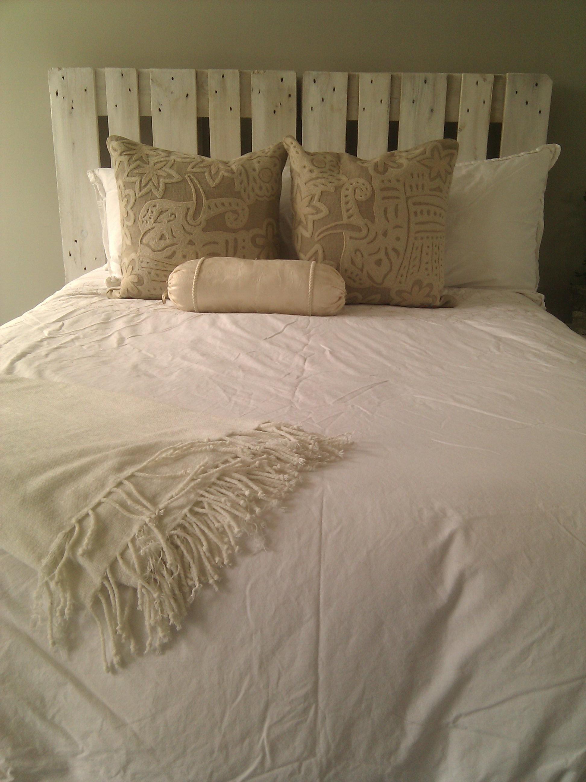 Tête de lit en palette confortable.