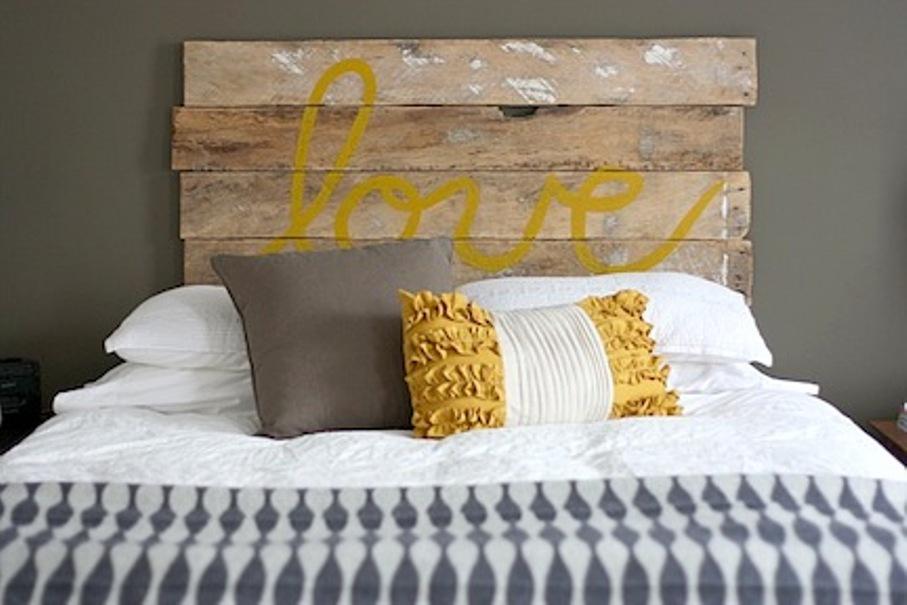 Décorez votre nouvelle tête de lit en écrivant des mots ou des citations inspirants.