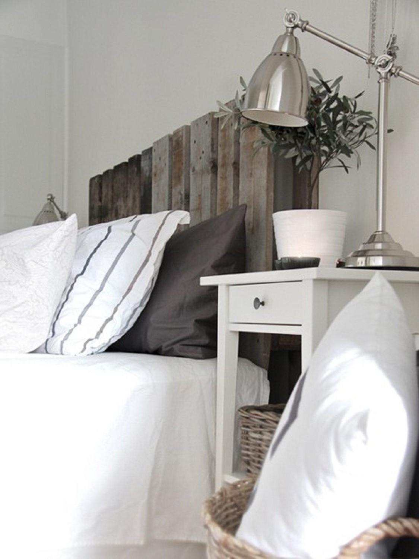 Combinez la tête de lit en palette avec des tons neutres.