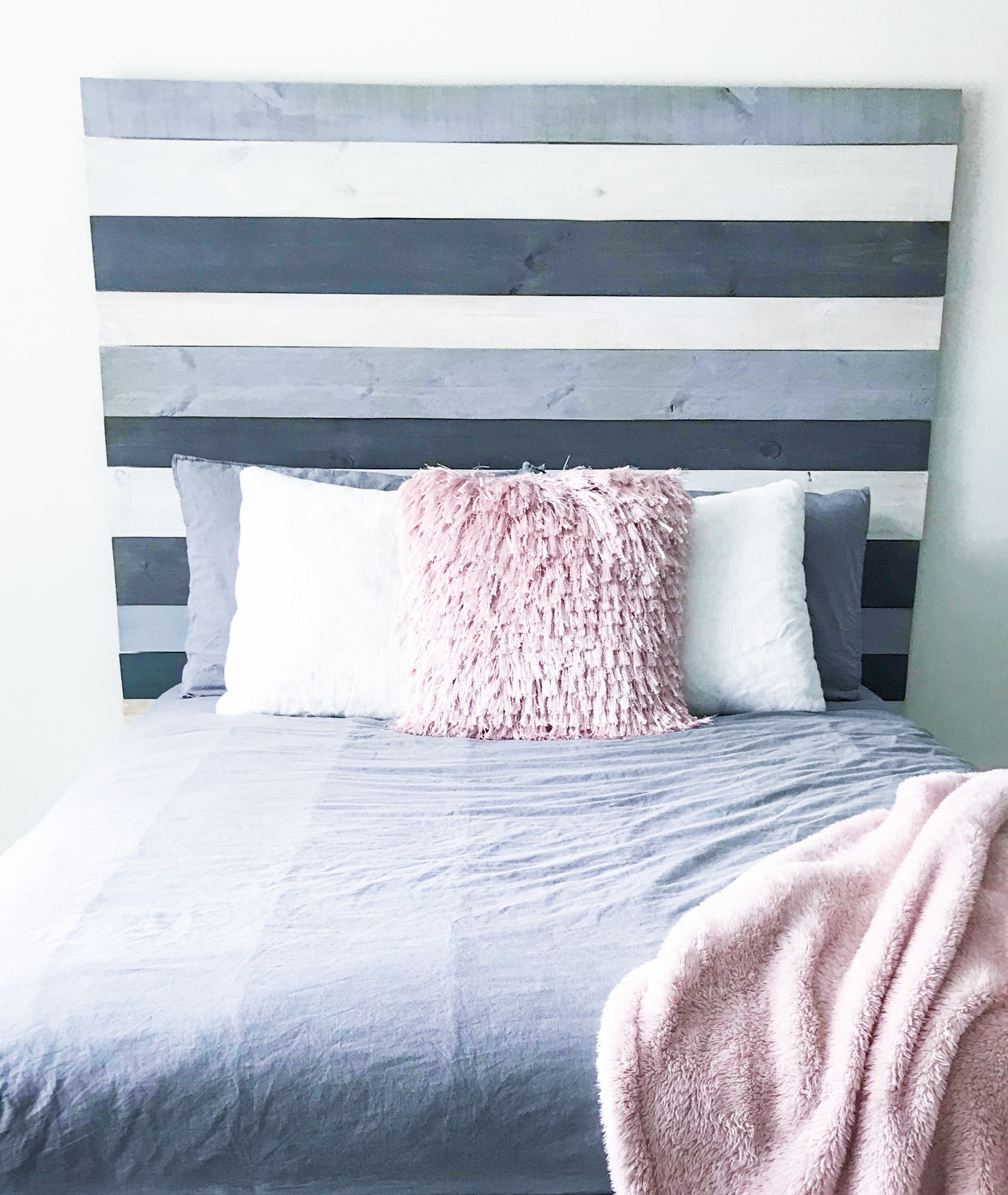 Tête de lit palette peinte en bleu et blanc.
