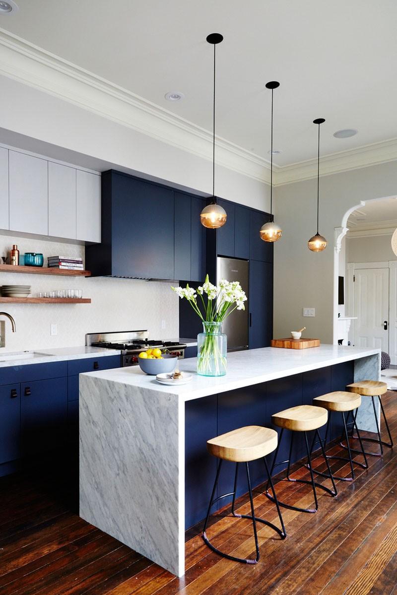 Les nuances bleu foncé fonctionnent également à merveille avec les nuances naturelles de bois et de pierre.