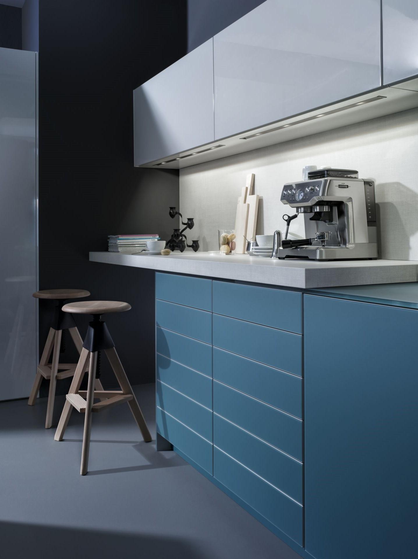 Armoire de cuisine bleu canard moderne.