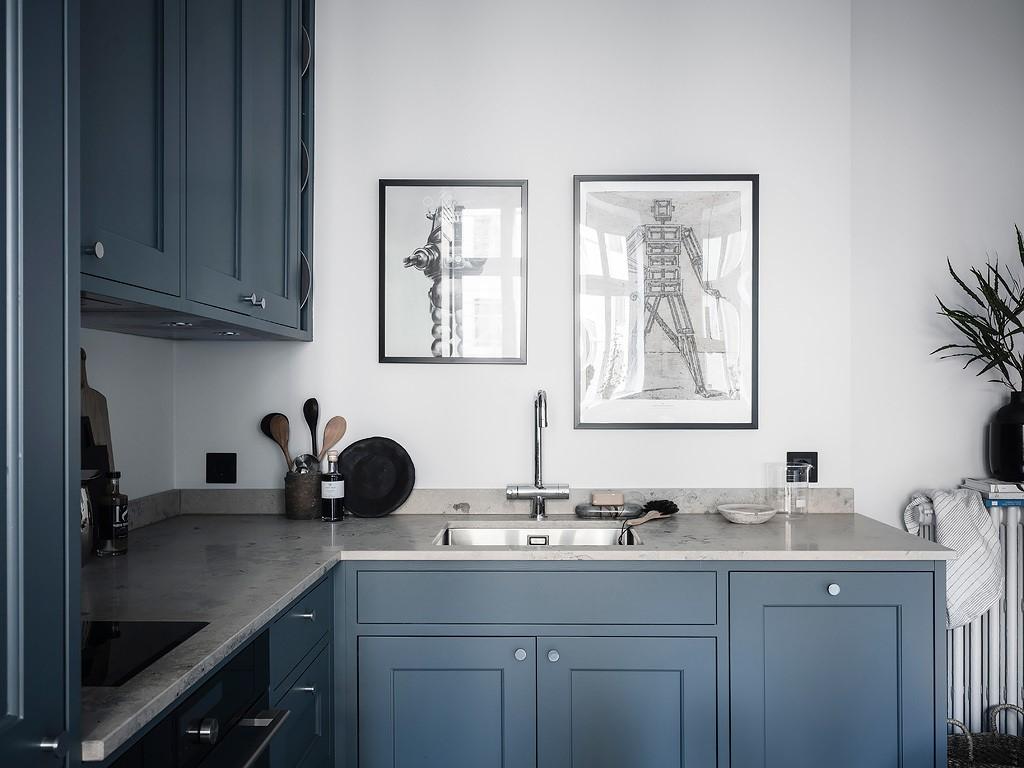 La couleur bleue est un excellent choix pour les espaces ouverts car elle est reposante et relaxante.