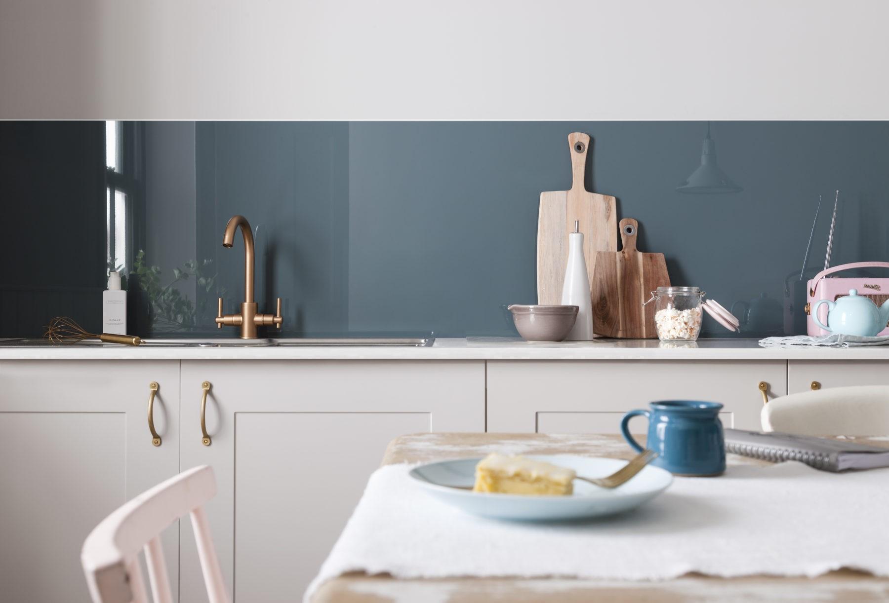 Les tendances actuelles dans les cuisines sont représentées par les teintes très sombres comme le bleu canard.