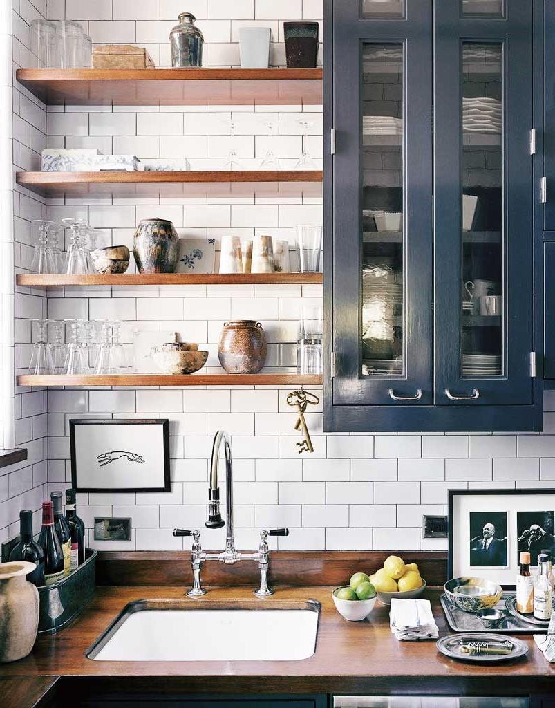 Si vous n'êtes pas sûr de peindre toute votre cuisine bleu canard, ajoutez un accent plus petit, tout comme cette armoire.