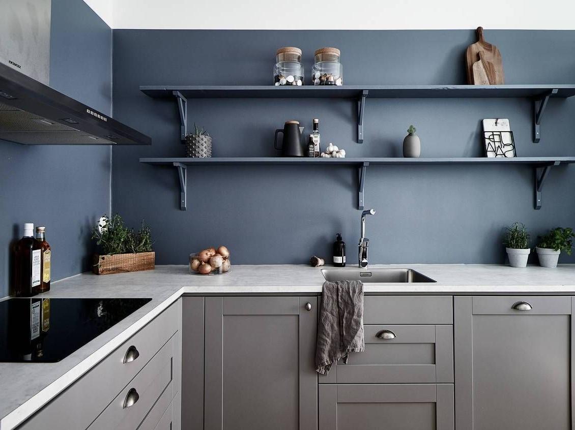 Cuisine bleu foncé et gris.