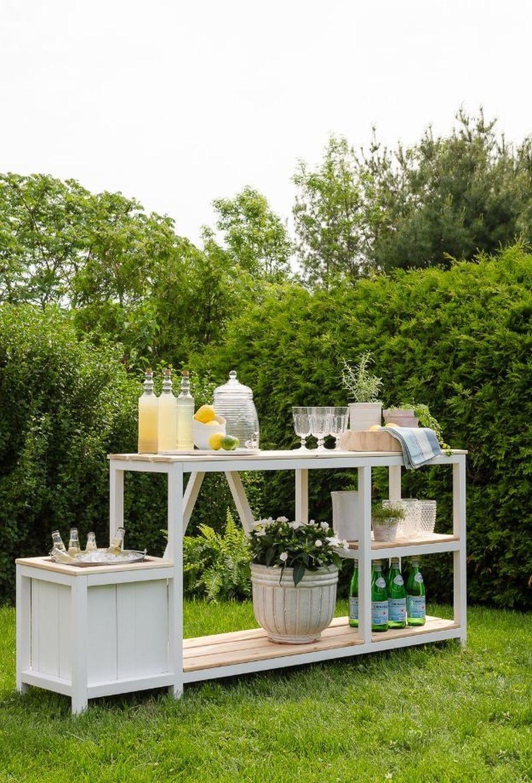 Avec suffisamment de place pour les friandises et les boissons estivales, vous n'avez aucune excuse pour ne pas profiter de l'espace de votre jardin jusqu'au coucher du soleil.