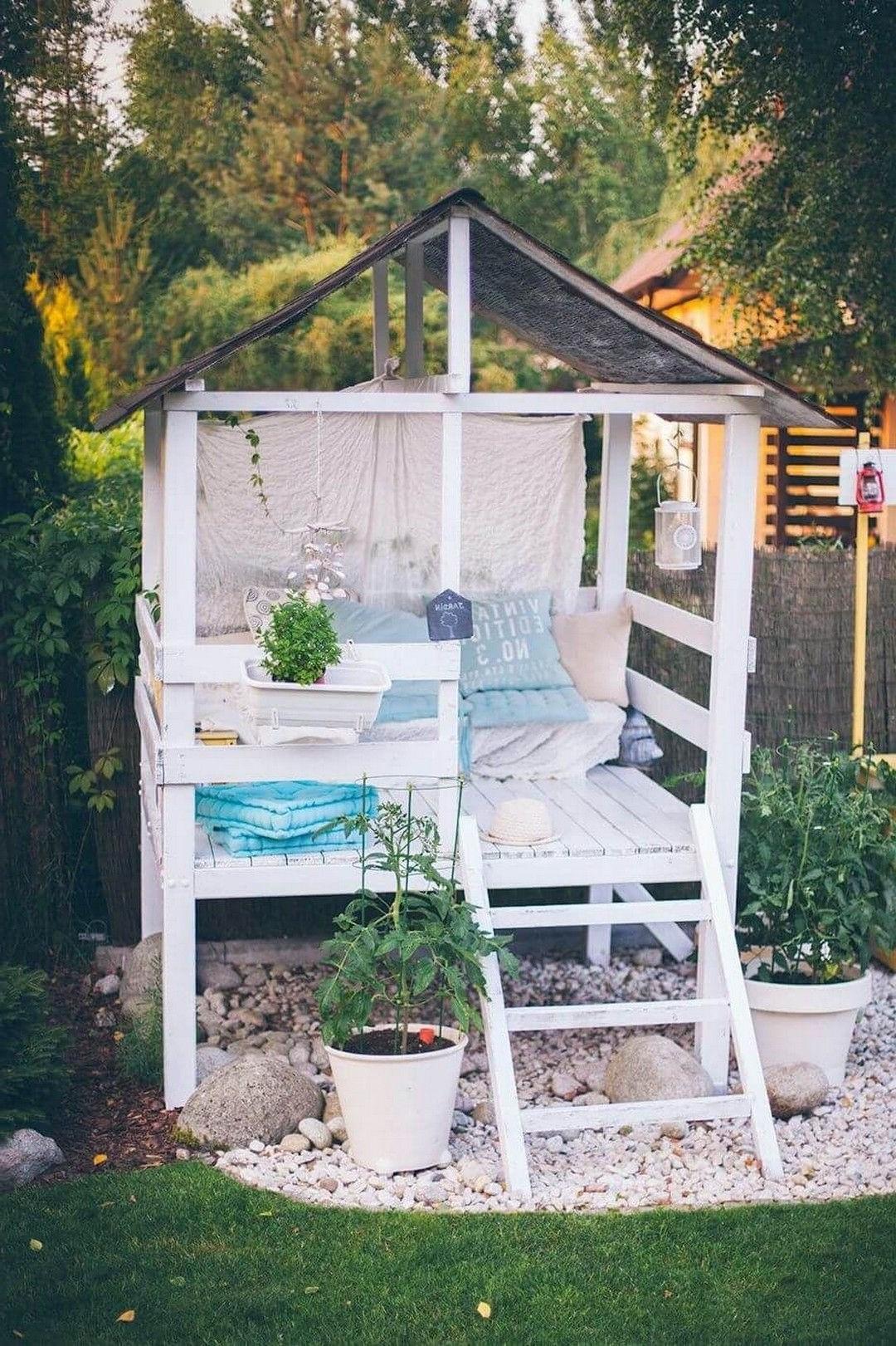 Construisez une cabane comfortable dans l'arrière-cour.