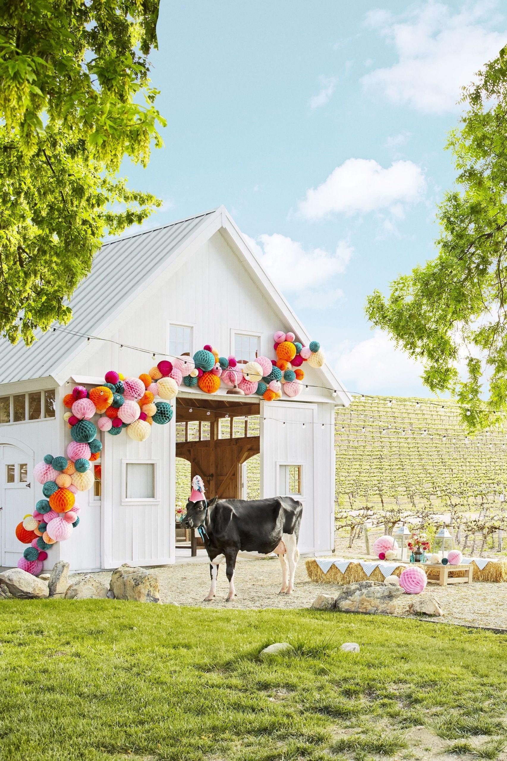 Grange décorée de pompons surdimensionnés colorés.
