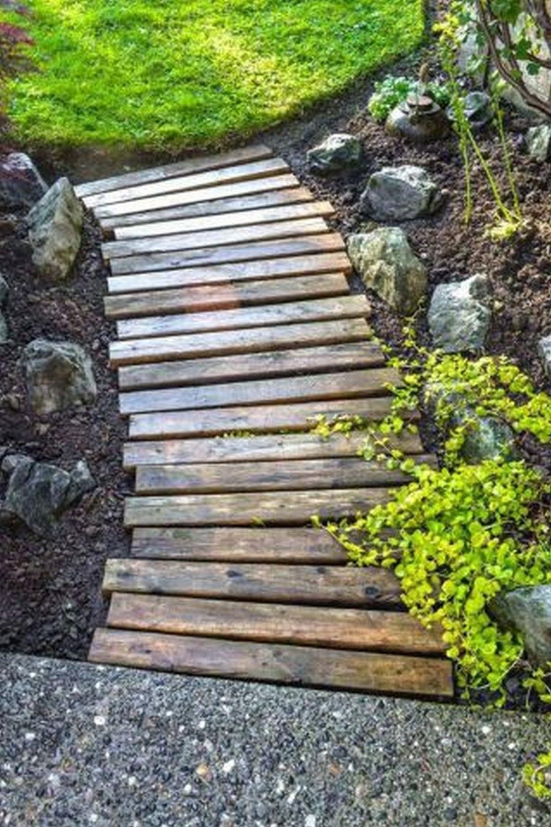 Utilisez du bois de palette récupéré pour construire un chemin en bois rustique.