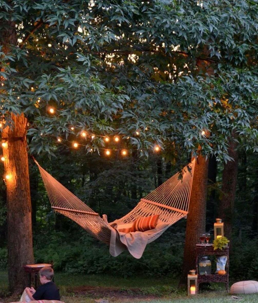 Y a-t-il quelque chose de plus apaisant qu'un hamac se balançant doucement sous des guirlandes lumineuses?