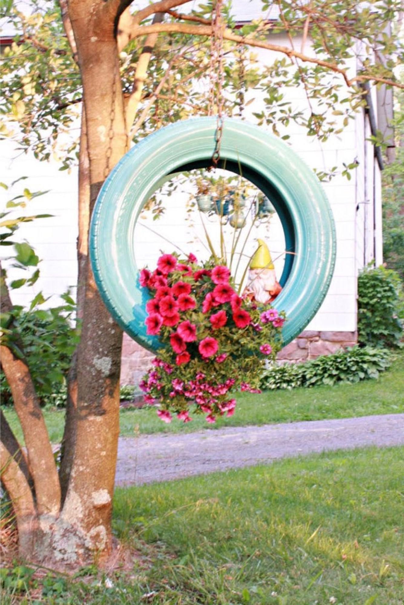 Jardinière faite avec un vieux pneu.
