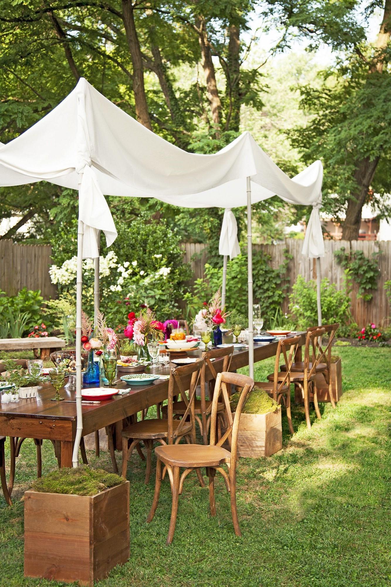 Configurez la meilleure table de salle à manger extérieure de tous les temps.