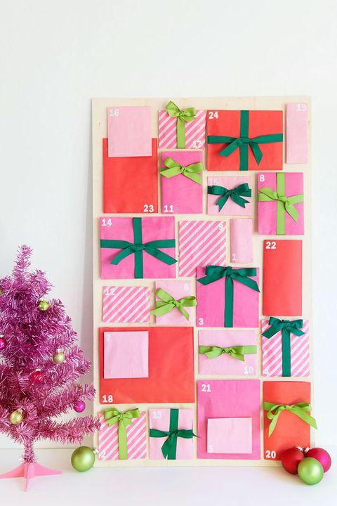 Calendrier de l'Avent à fabriquer soi-même: choisizzez un grand carton blanc et et collez-y des enveloppes colorées et numérotées.