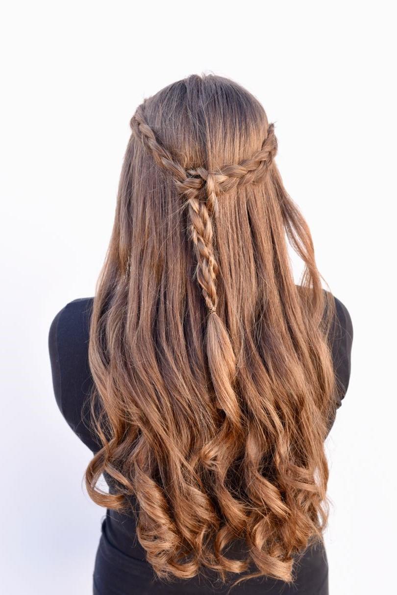 Coiffures simples pour les cheveux longs: couronne tressée.