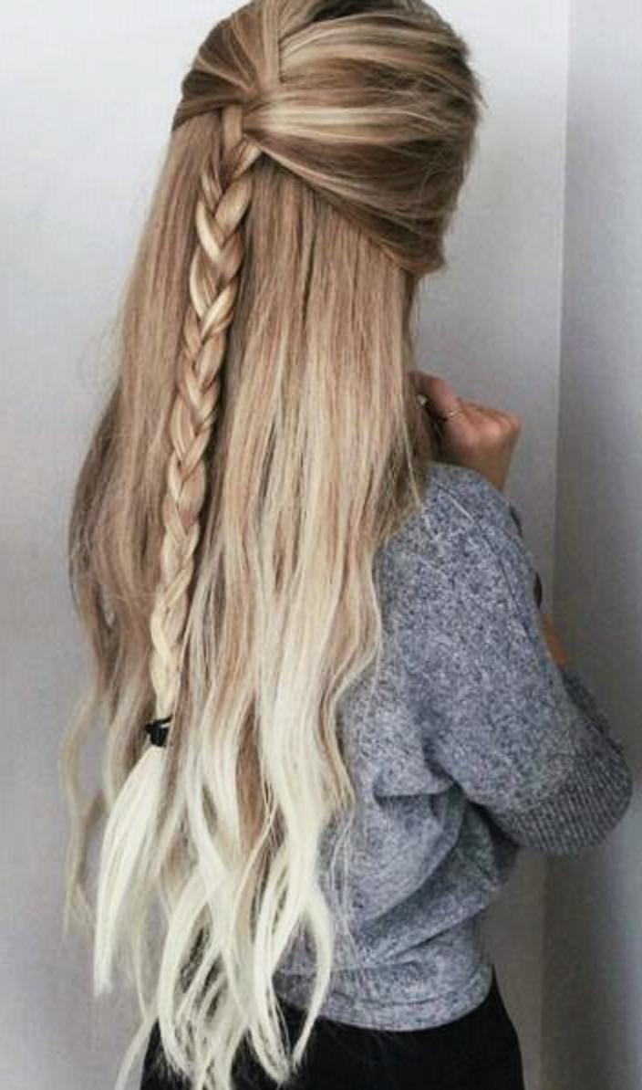 Coiffure simple pour les cheveux longs et mi-longs.