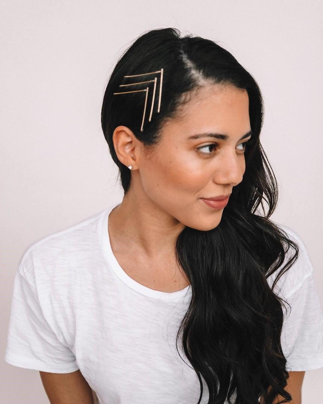 Coiffure facile avec épingles à cheveux.