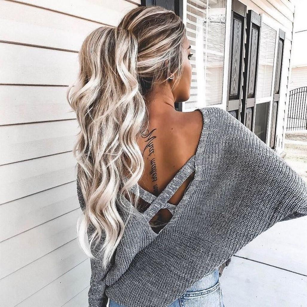Coiffures simples pour les cheveux longs: queue de cheval ondulée.