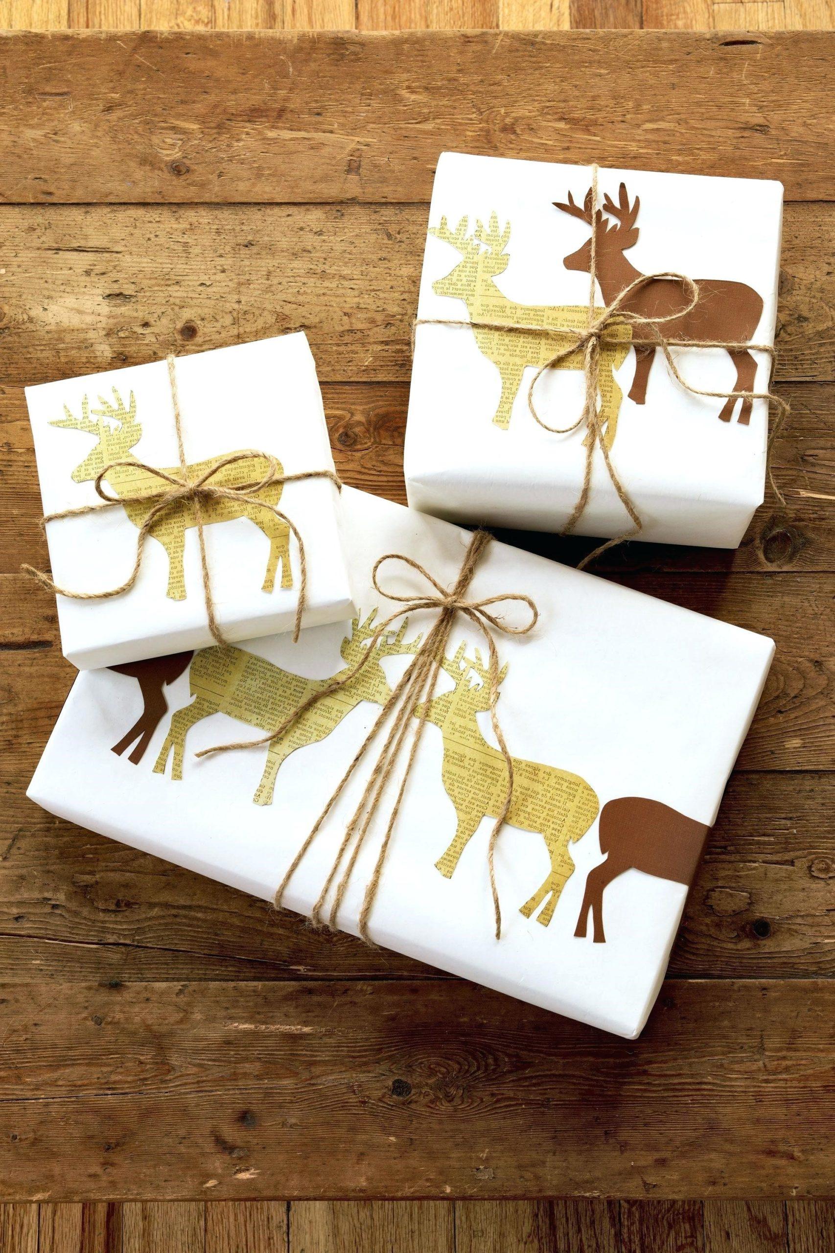 Paquets cadeaux originaux avec des motifs de rennes.