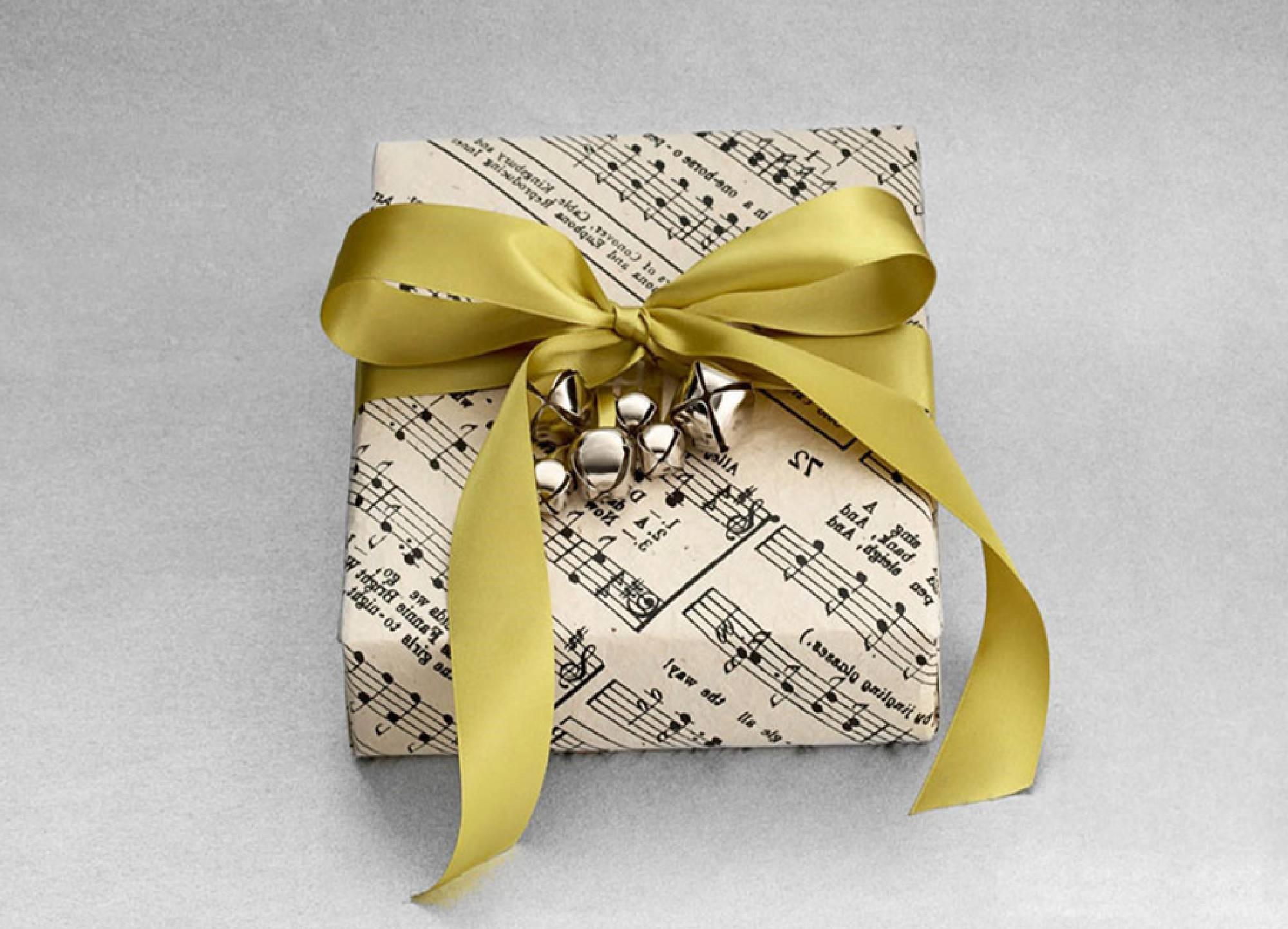 Voici comment faire un paquet cadeau original pour les amateurs de la lusique.