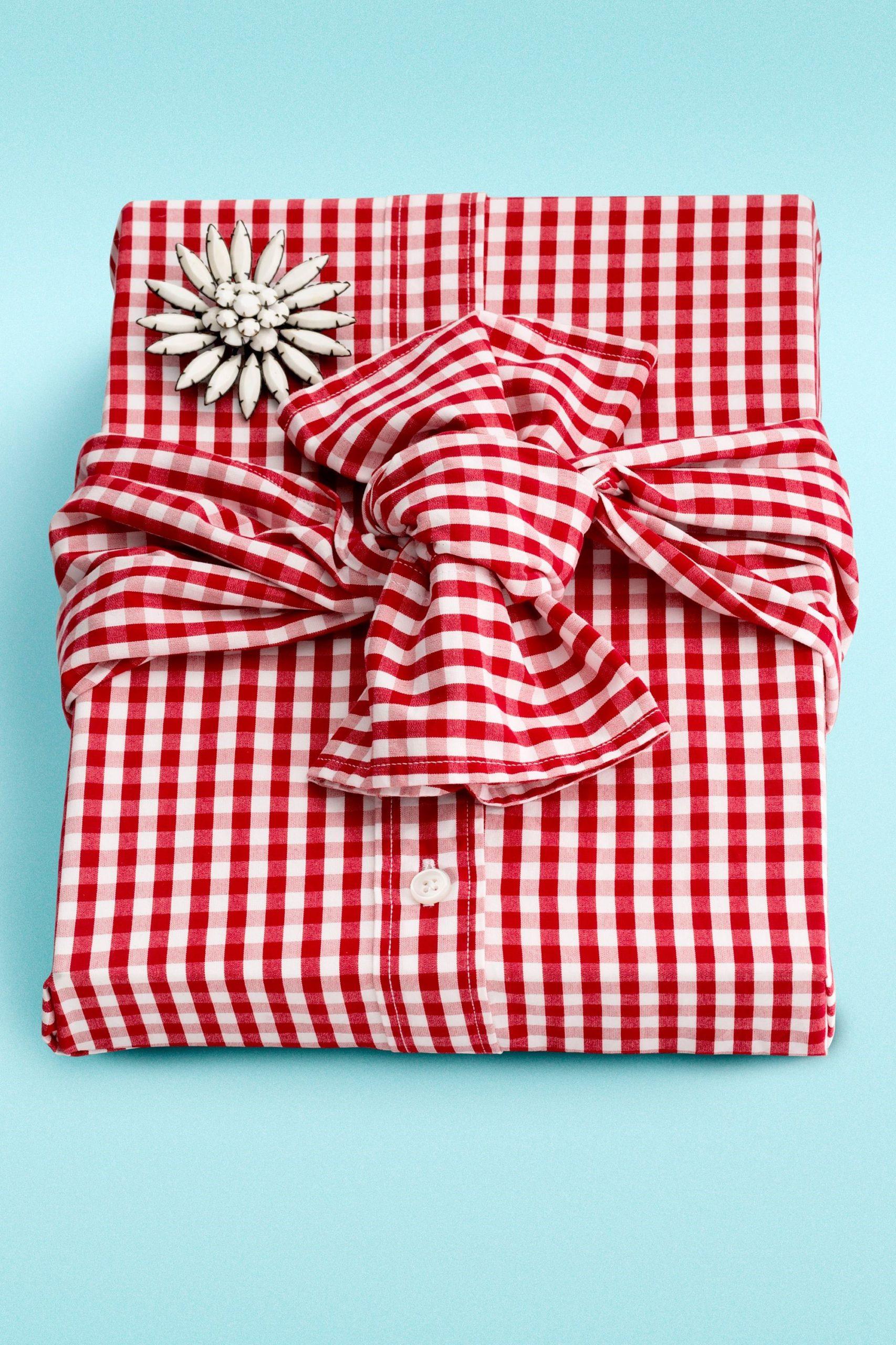 Donnez une nouvelle vie à votre ancienne chemise en l'utilisant pour emballer un cadeau.
