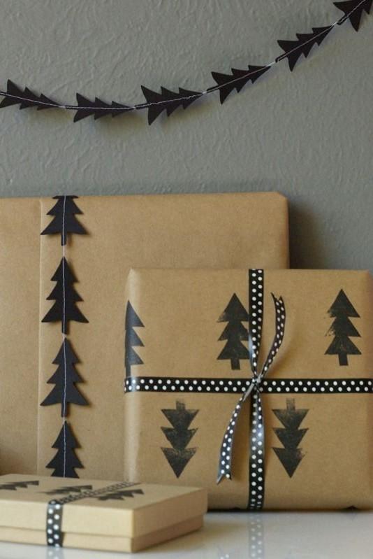 Paquet cadeau original avec motif d'arbre de Noël.
