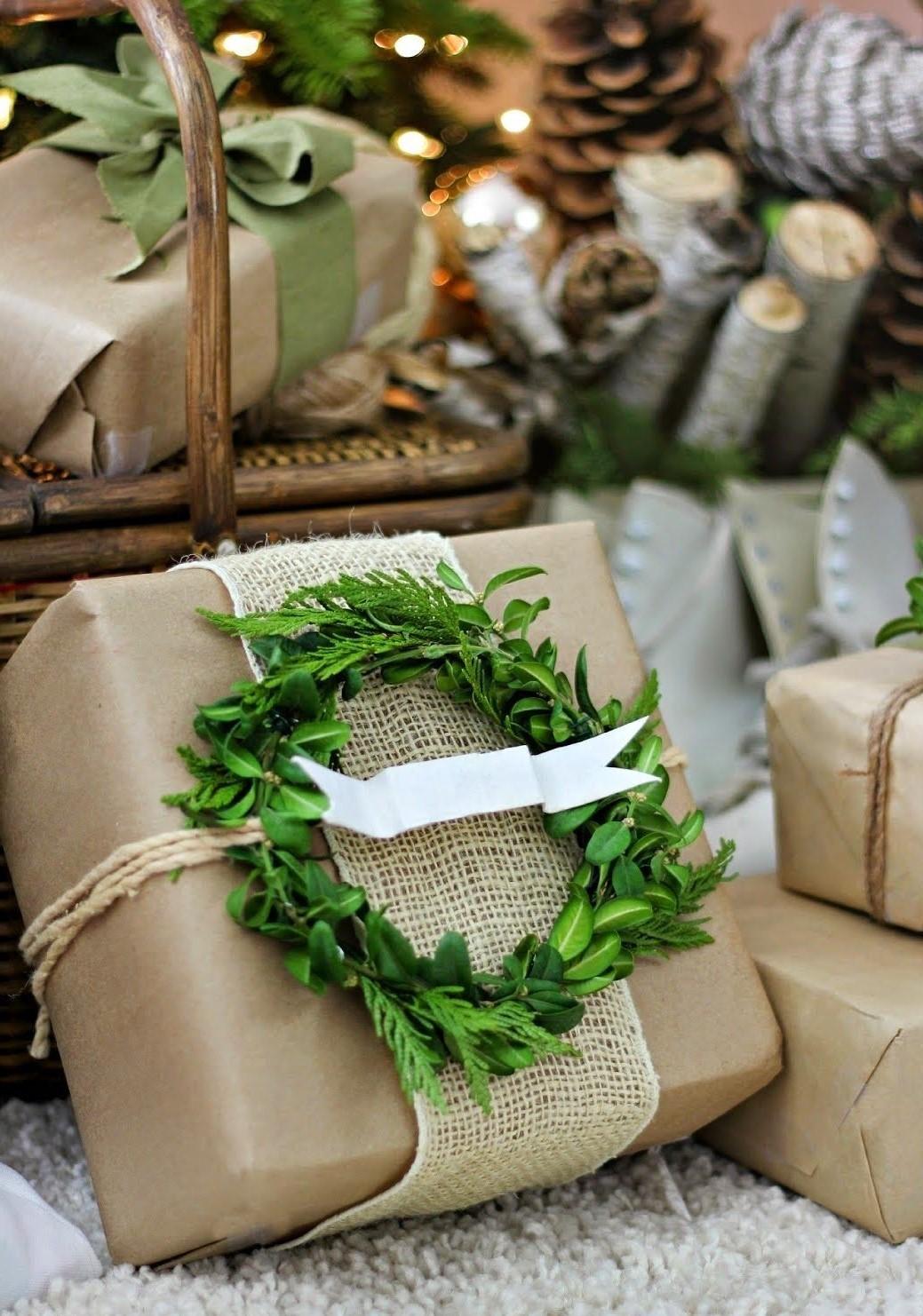 Faites une petite couronne de feuilles persistantes pour embellir le paquet cadeau.