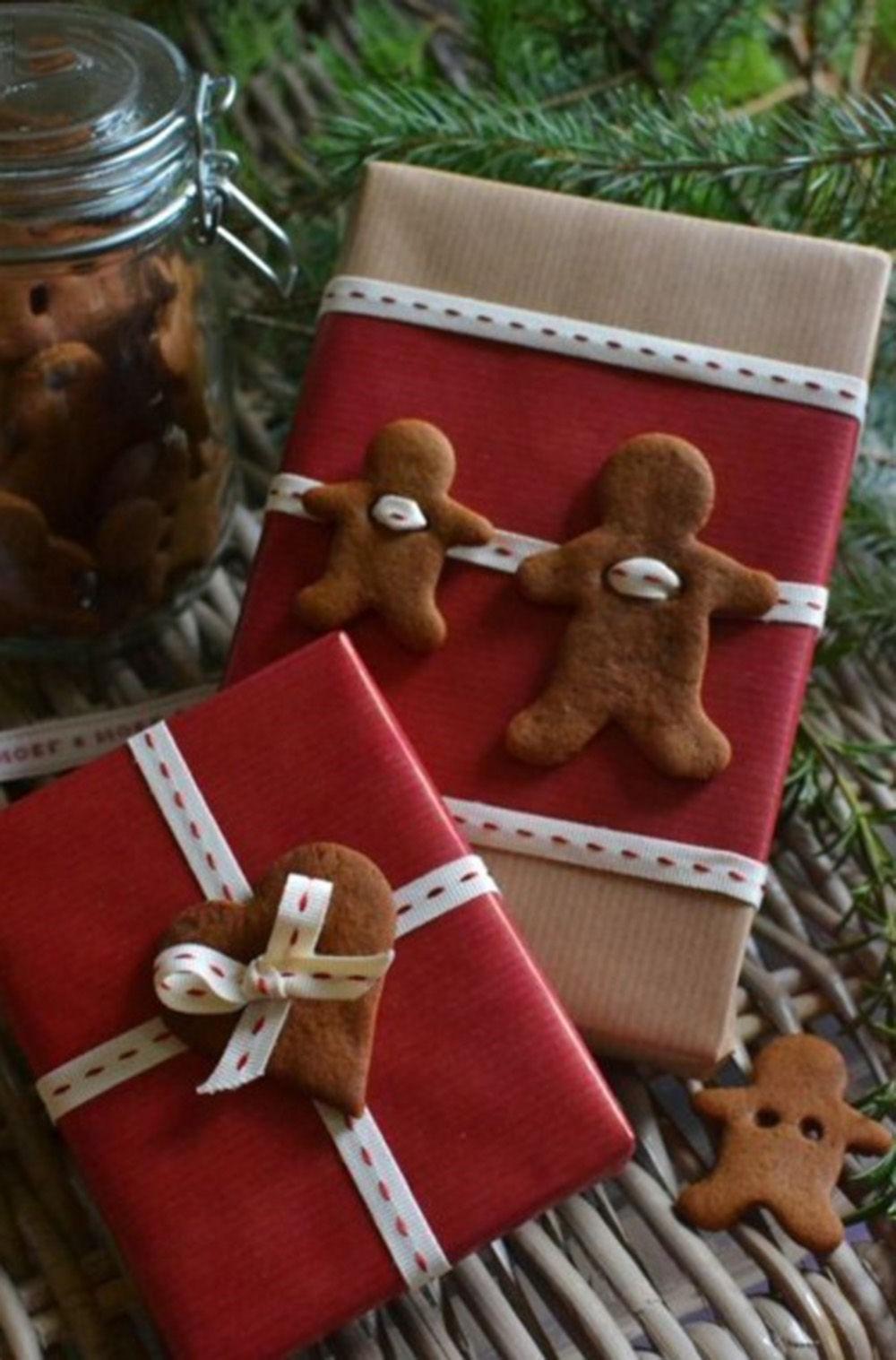 Ornez les paquets cadeaux avec des biscuits au gingembre.
