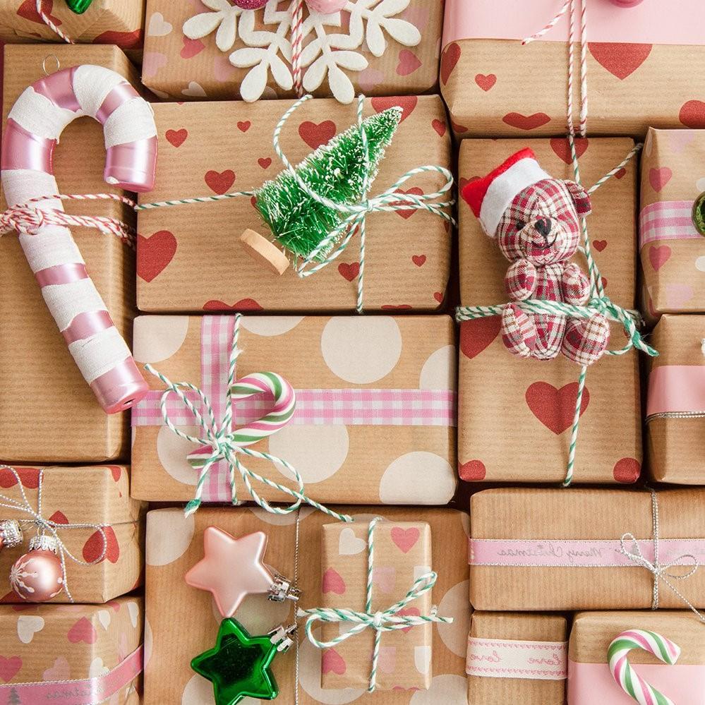 Comment faire un paquet cadeau original? Décorez les paquets avec des petits ornements de sapin.