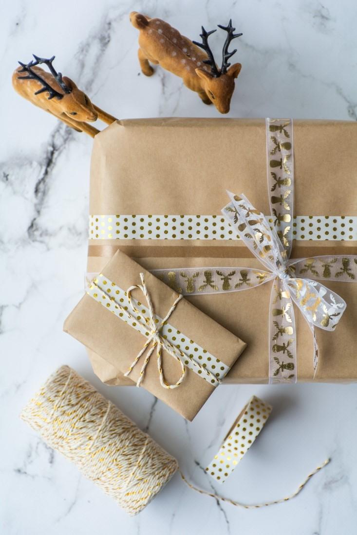 Du papier kraft et du ruban élégant - c'est tout ce dont vous avez besoin pour créer ce joli emballage.