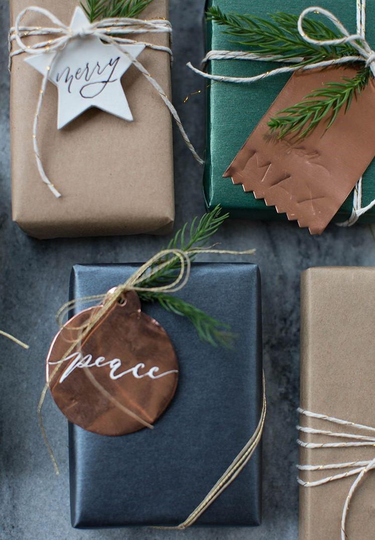 Comment faire un paquet cadeau original? Fabriquez vos propres étiquettes cadeaux.